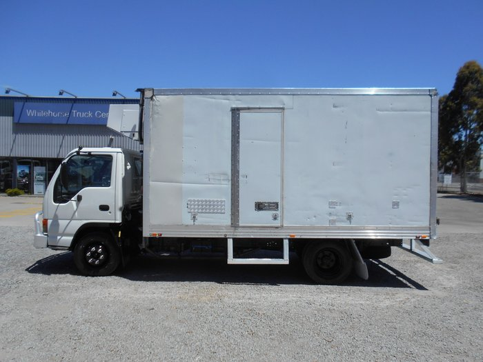 2004 Isuzu NPR400 REFRIGERATED WHITE