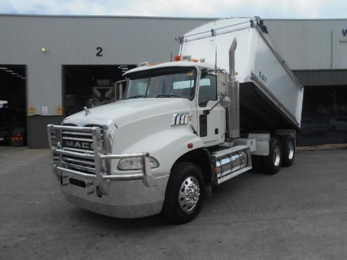 2009 MACK GRANITE TIPPER null null WHITE