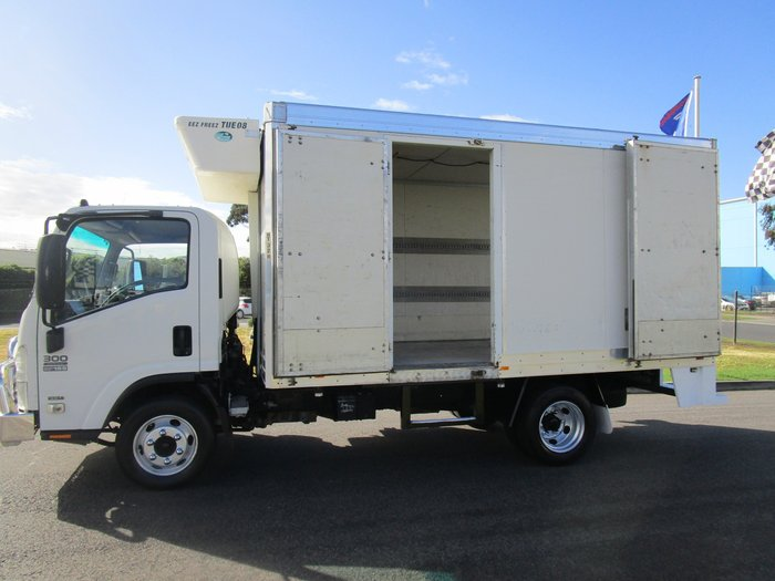 2008 Isuzu NPR300 REFRIGERATED PAN WHITE