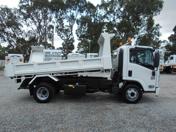 2013 ISUZU NPR 300 MEDIUM null null White