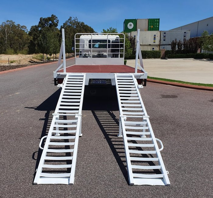 2010 HINO FC 1018-500 SERIES TRAY TOP WITH RAMPS null null WHITE
