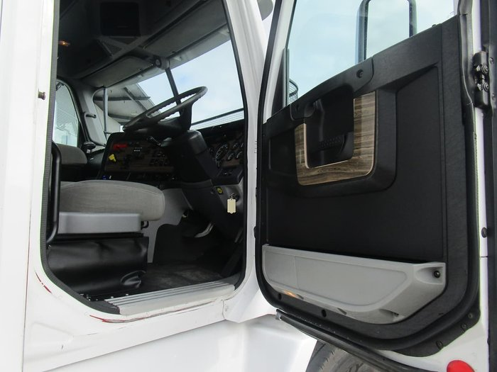 2011 FREIGHTLINER FLX null null WHITE