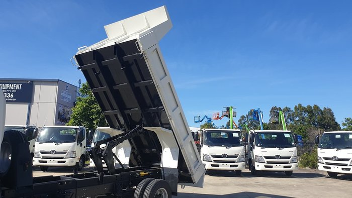 2020 HINO 300 SERIES 717 TIPPER null null White