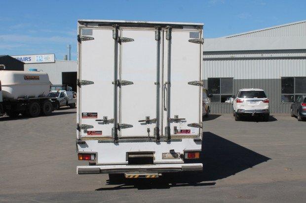2005 Isuzu FRR550 Fridge Pantech White