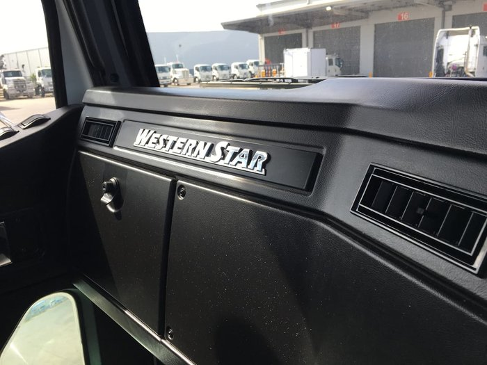2020 WESTERN STAR 5800 DAYCAB null null WHITE