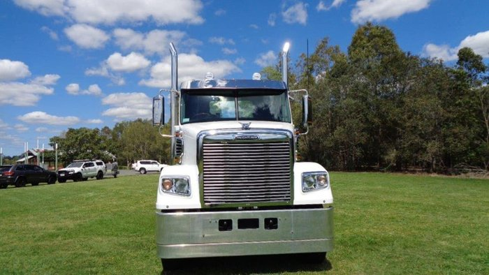 2018 FREIGHTLINER 114 DAY CAB white