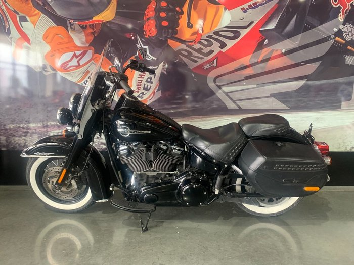 2018 HARLEY-DAVIDSON FLHCS HERITAGE SOFTAIL CLASSIC Black
