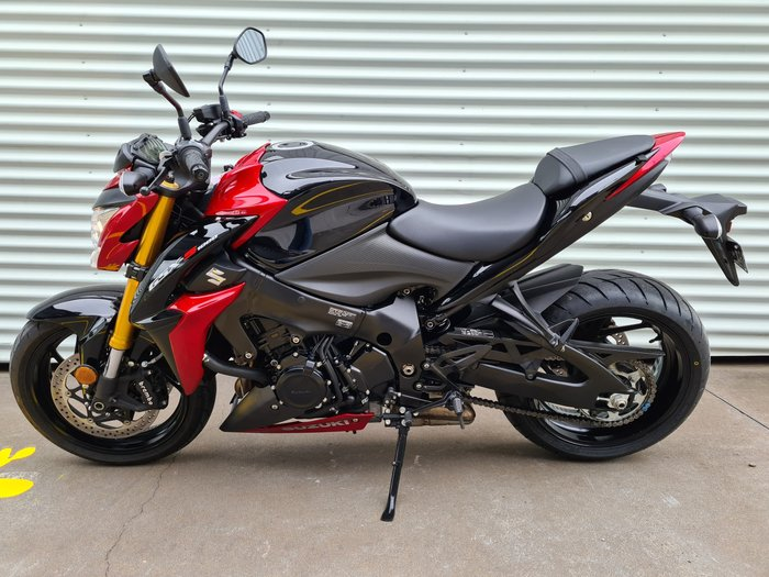 2017 Suzuki GSX-S1000 GSX-S Metallic Triton Blue; Metallic Mat Grey or Glass Sparkle Black/Candy Daring Red