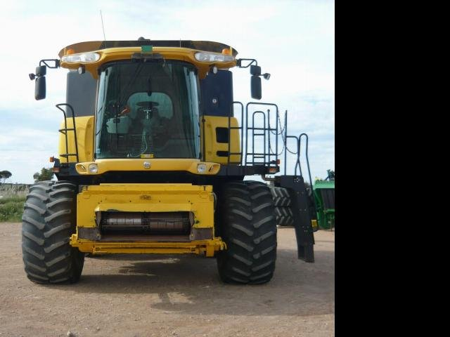 2006 New Holland COMBINE HARVESTER CR970 94C NEW HOLLAND HARVESTER Yellow