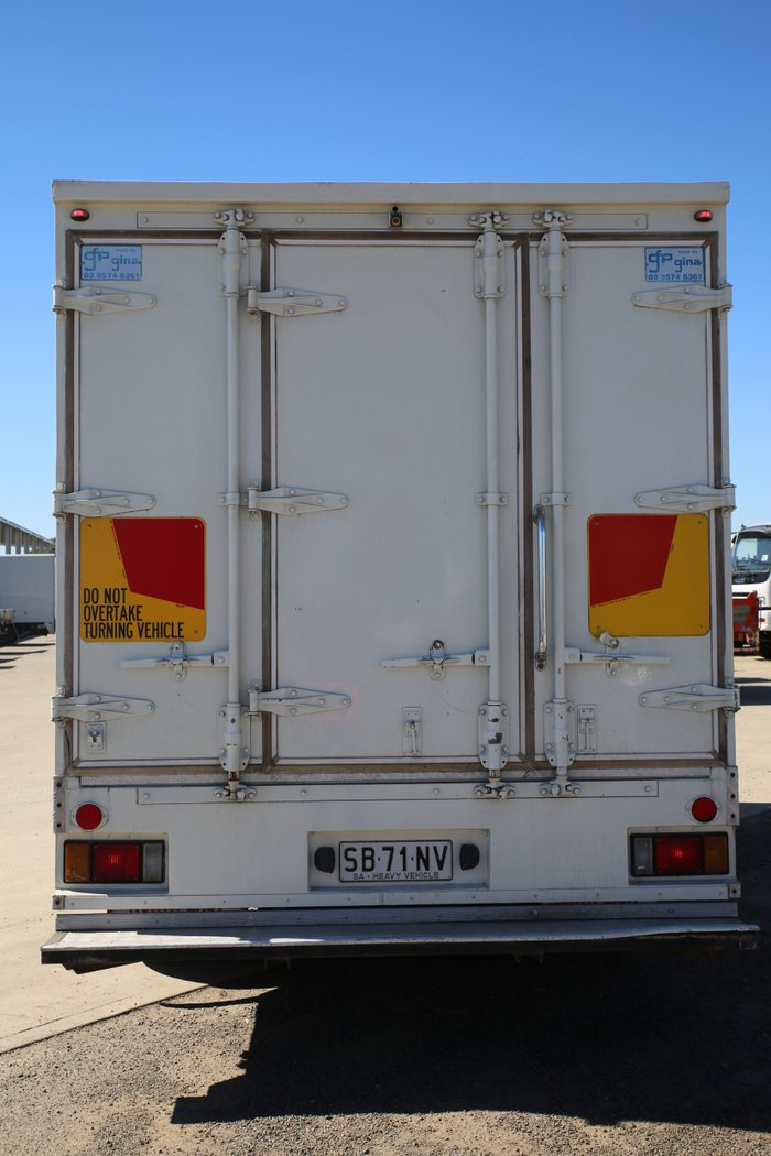 2008 Isuzu NPR300 LOW KM'S WHITE