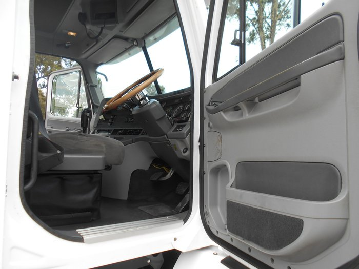 2010 Freightliner Columbia CL112 WHITE