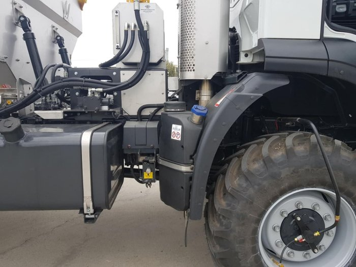 2019 IVECO TRAKKER 6X6 SOUTHERN SPREADER null null white