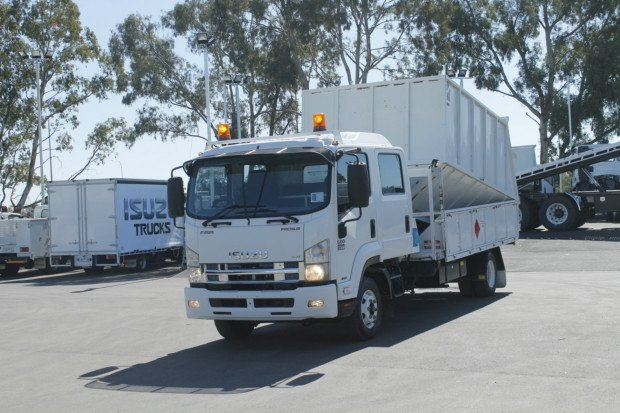 2011 Isuzu FRR600 CREW CAB WOOD CHIPPER WHITE